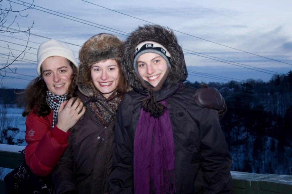 Trois étudiantes_déhors